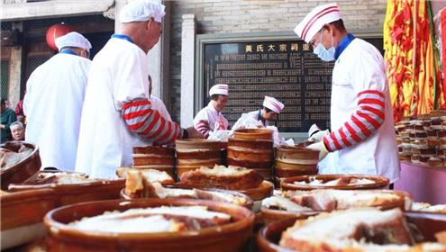 今年冬祭有2000多斤烧猪,师傅们从凌晨就开始对猪肉进行了分装。_副本.jpg
