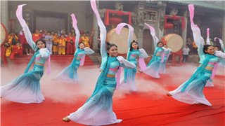 敬奉祭品仪式开始,众仙女以舞蹈形式进献祭品。(图/黄敏玲 文/冯慧雯).jpg