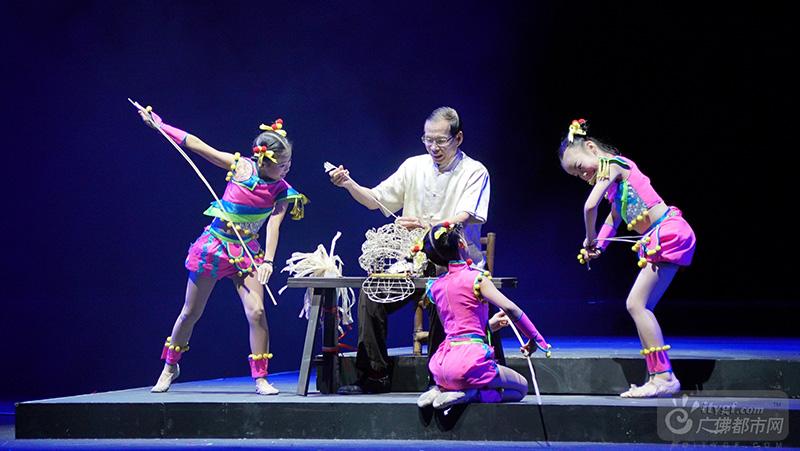 """""""狮娃·扎·承""""——扎狮娃扎作狮头进行情景舞蹈表演。(广佛都市网记者潘伟欣摄于琼花大剧院)"""