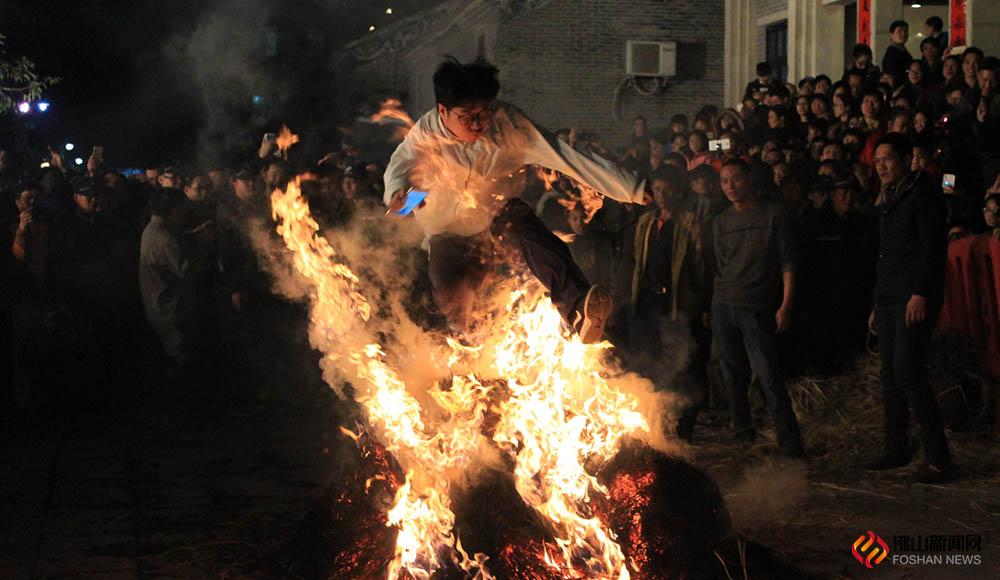 """元宵节""""跳火光"""",在里水人看来,是堪比除夕夜的重要日子。在元宵节跳火光,是去除晦气,祈愿来年健康安生的一个重要仪式。"""