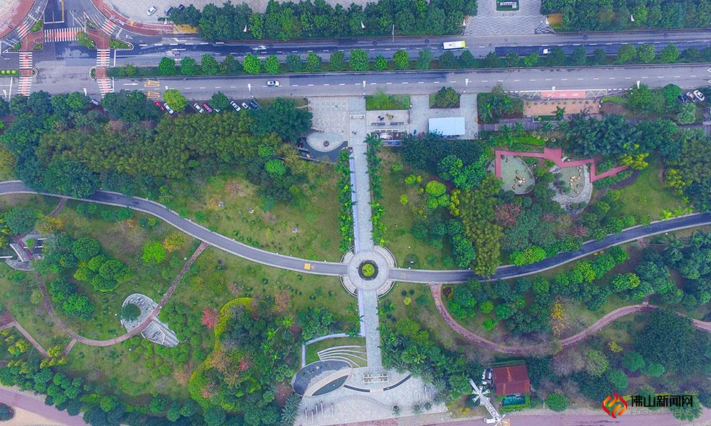 """阳春三月春意浓,威尼斯人棋牌游戏平台新城滨河景观带已经换上了绿衣,这个""""高效率""""的新城和""""慢生活""""的滨河景观带相互映衬,构成了威尼斯人棋牌游戏平台新城的新景象。"""