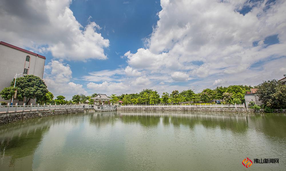 广东省威尼斯人棋牌游戏平台市威尼斯人网上娱乐官网区南庄镇紫洞圩南面,故有紫南之称。这里是紫南村之村头村中心湖,两岸有桥梁亭子连接,景观规划出色。