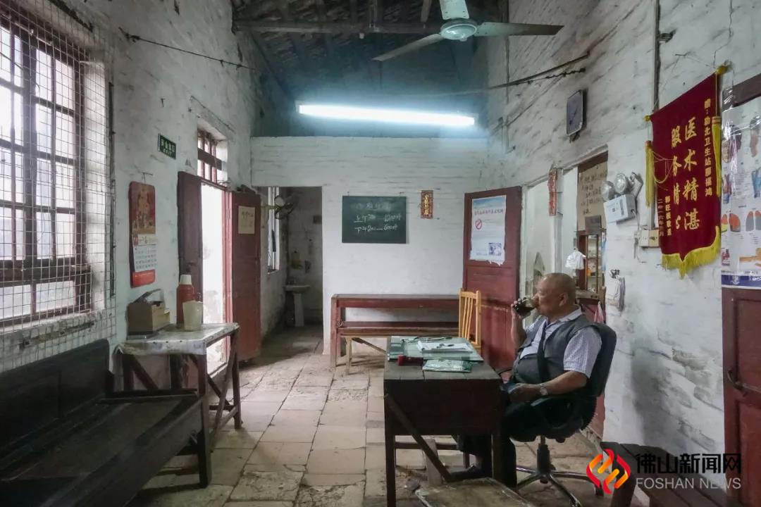 清晨7点20分,73岁的村医廖福鸿正在自己的诊室里喝茶,等待着病人的到来。(行者阿飞摄)