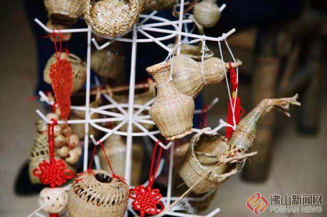随着社会变迁,愈来愈多的工业制品取代了竹编制品,篾匠的身影已渐渐随着竹编手艺的凋零从大街小巷隐去。