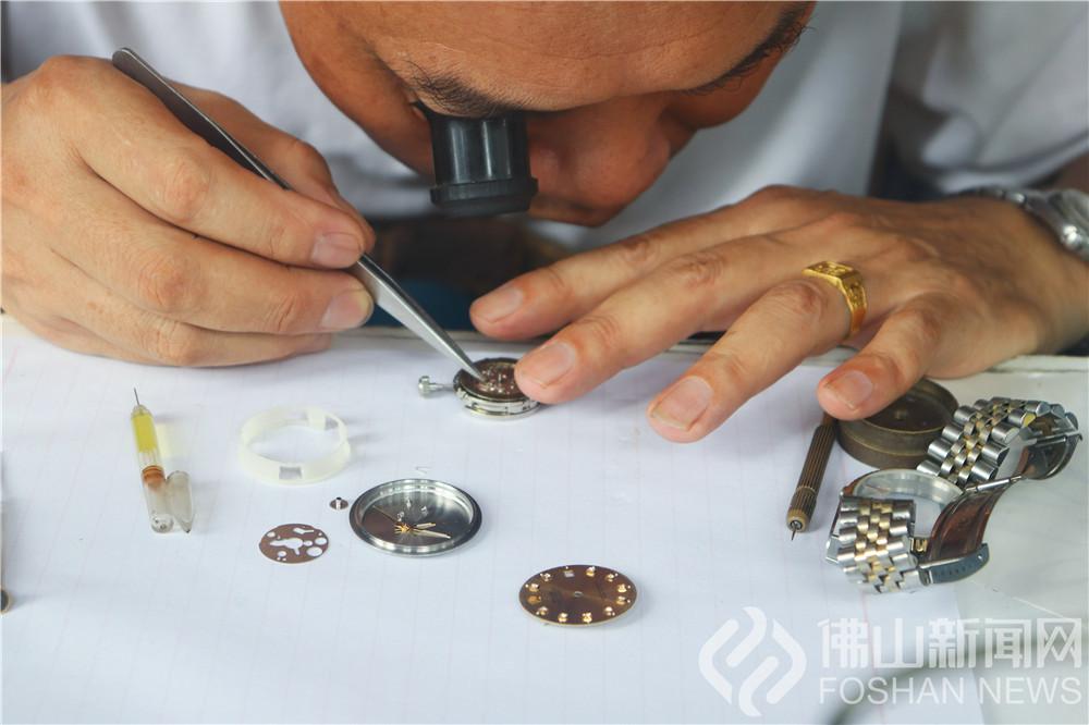 高基街钟表店内,张师傅俯身案前,将放大镜夹在右眼上,细细观察手表零件的构造,思索了一会儿,就拿起镊子修理起来。他极其专注,让看的人不敢喘气。(组图:杨惠茹摄)
