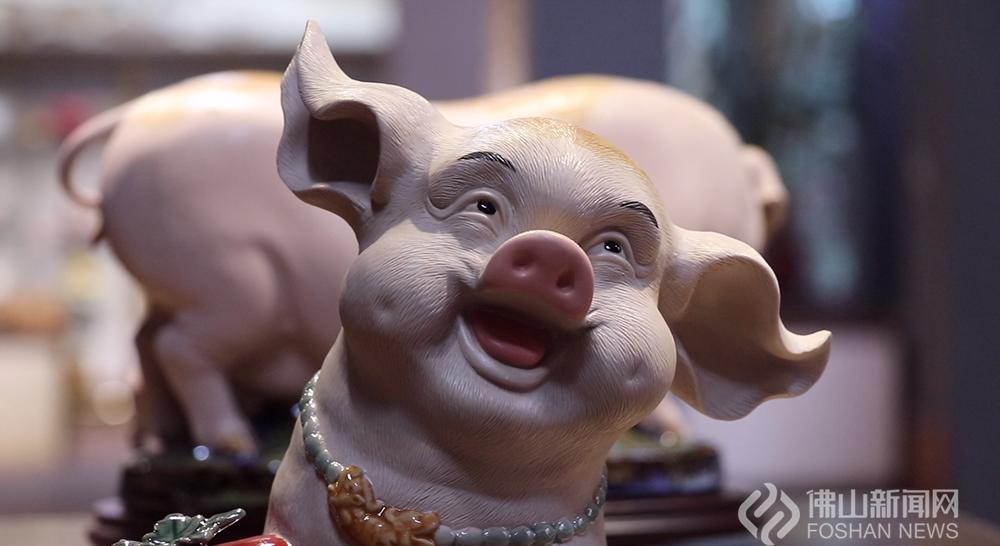 40多位陶艺家创作的近百款猪年陶艺生肖在展览中隆重登场。 黄惠信/摄