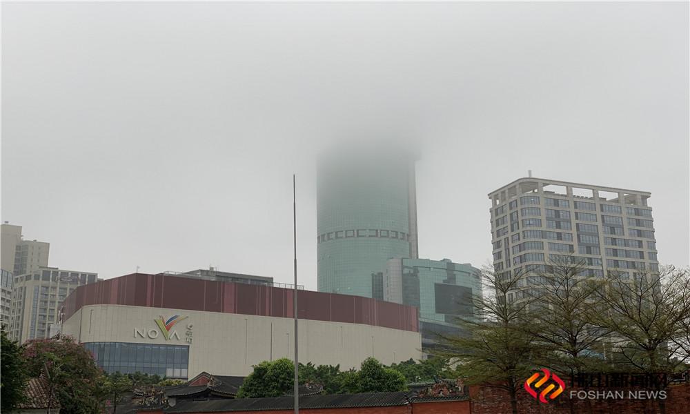 2月27日,威尼斯人棋牌游戏平台大雾锁城,能见度最低不足200米!图为百花广场 (图片:李靖怡)