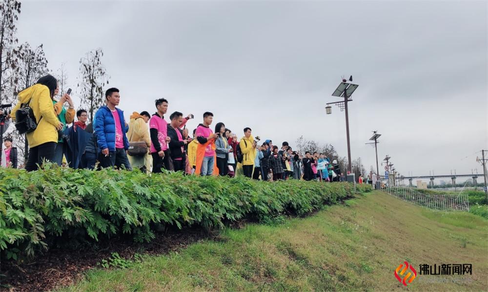 3月9日,上千团队过万人共同用脚丈量贤鲁岛(图片:吕燕珊)