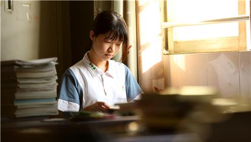 早上七点,迎着清晨的第一缕晨曦,荣山中学第一个进入教室的同学正在早自习。_副本.jpg