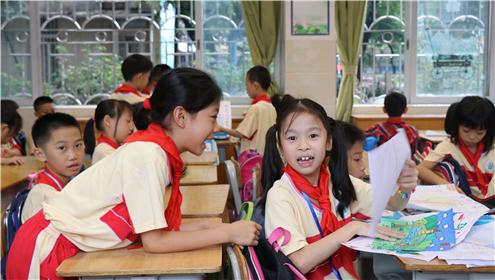 同济小学三年级课室,同学们迫不及待地与两月不见的小伙伴交流。_副本.jpg
