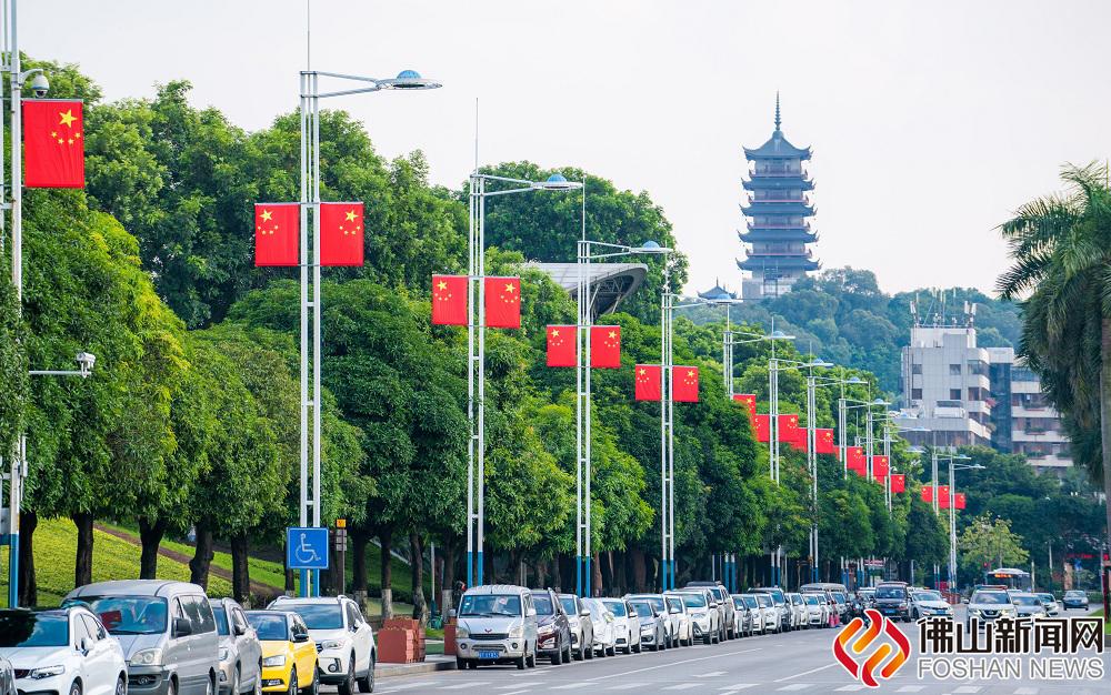南海街头的喜庆气氛越来越浓,四处国旗飘飘,颜值up up!
