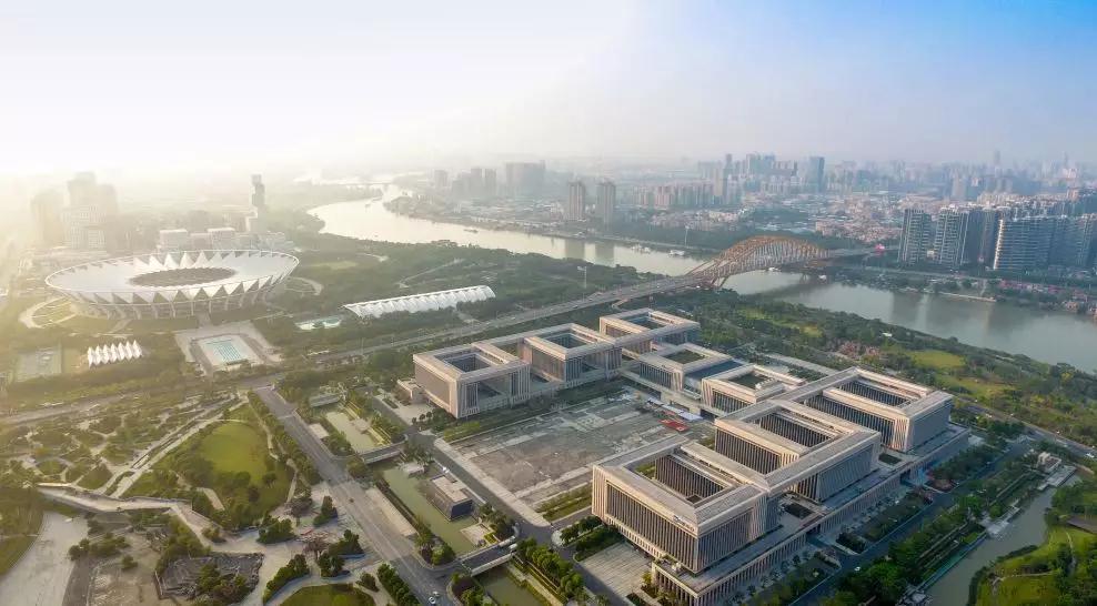东平桥飞架东平河十数年,串联中心城区两岸。(图 潘伟欣)