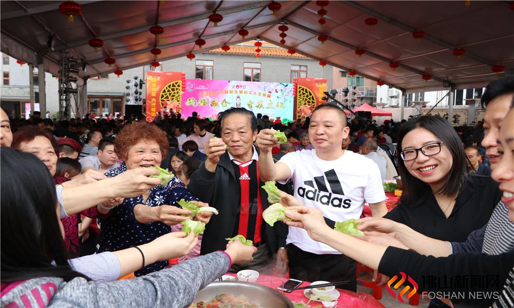 在狮山官窑生菜会会馆举行的千人生菜宴,中午和晚上共筵开近520桌。(图片:李仁生)