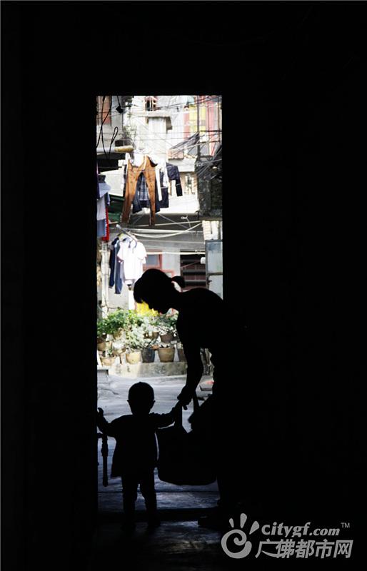 在松风路仿古街后面,一片繁华背后,有着一条宁静的大街,花白的石板路、质朴的青砖墙、古老的企栋门、出墙的大榕树……这就是培德里。作者:星星陈