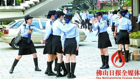 比武开始前,女警方队队员抓紧时间合影留念.-全市公安机关大练兵