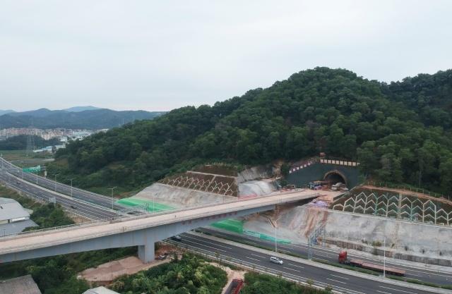隧道出口跨花莞高速桥梁 (韦相宇 摄)