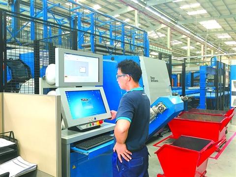 蒂森克虏伯电梯集团公司的工厂里,工人在操作自动化钣金生产线.