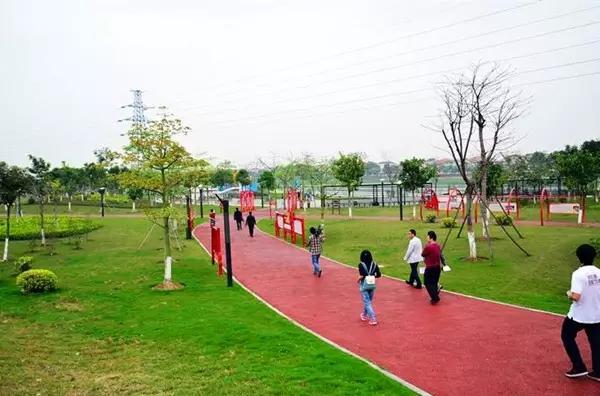 龙江镇天湖森林公园是一个具有健身、运动、娱乐休闲等综合性功能的公园,因山顶上有一个天然的湖,取名天湖公园。公园占地面积350亩,分成十个区域:天湖花海、竞渡广场、小龙湖、成龙广场、儿童乐园、球类运动区、游泳区、绿雅湖、龙腾广场、山岗闲庭步行区。公园以草坪配以树木丛点缀,园内设有凉亭曲桥、驿站、管理服务充满浓浓的传统岭南风格。公园的设计还融入了龙江深厚的龙文化元素。