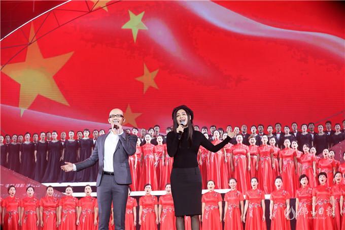 演员宁静与歌手平安献唱《我爱你中国》。