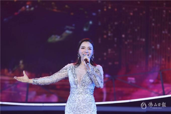 歌唱家陈思思带来歌曲《告诉》,倾听沉淀20年的沉思。