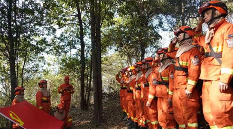 在扑救高明山火的前线,他们重温铮铮誓言