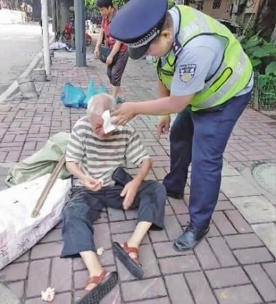 老人街头摔倒出血  市民警察接力救助