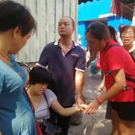 暖心!禅城街头一女士休克晕倒 热心市民火速将其送医