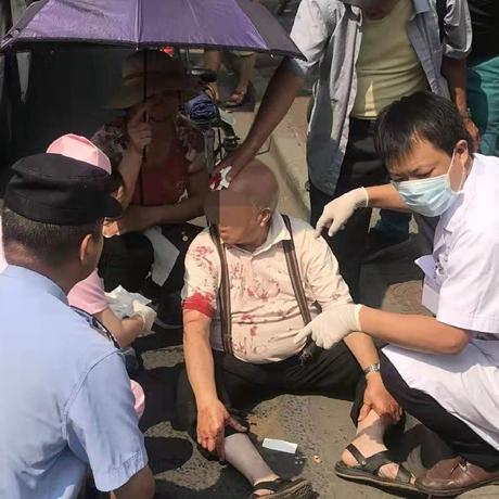 82岁老伯突遭车祸,民警群众撑伞擦血忙安慰