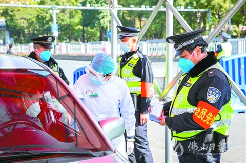 1月31日,禅城公安在佛山大桥护城河警务执勤点对过往车辆的司乘人员进行检查。.jpg