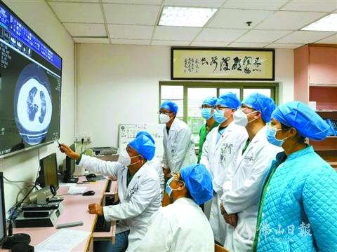 市第一人民医院感染科医护人员在忙碌工作中。.jpg